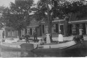 Op deze foto is het skûtsje waarop Jitze Schaafsma links staat, met zijn familie, rechts van hem is schoonvader Hendrik Hermanus Feenstra, die woonde in een huis dat er achter staat (aan de Kerkewal)