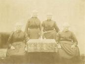 Vier dochters van Jeen Bonnes de Vries en Aganita Pieters van der Sloot. Van links naar rechts: - Tryntsje (Jurjen's Tryntsje) de Vries, geboren te Kortezwaag op 11 april 1838, getrouwd met Jurjen Visser. Ze was in 1928 op 90-jarige leeftijd de oudste inwoonster van Kortezwaag. Reeds op 13-jarige leeftijd kwam ze als dienstmeisje bij familie Eize van Houten in dienst en bleef dat vrijwel haar hele leven. Vanaf maart 1906 heeft ze de zorg van de weeskinderen Hielke (* 1897) en Durk van der Schaar (* 1900) op zich genomen. - Martha (Makke) de Vries, geboren te Kortezwaag op 19 mei 1847, getrouwd met Abele Werkman, - Pietsje de Vries, geboren te Kortezwaag op 15 juni 1842, getrouwd met Jacob Meinsma. - Catharina (Kaatje) de Vries, geboren te Kortezwaag op 1 februari 1836, getrouwd met Jan Wiebes Jager. Foto van Pietje de Boer-Meinsma.