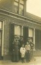 Hierbij een foto van de familie Van der Muur, gemaakt door fotograaf A. de Jong uit Sneek. Waarschijnlijk van voor juli 1913, want dochter Gé (* 8 juli 1913) staat niet op de foto. Van links naar rechts: Angnietje (Anne) Meinsma, geboren op 16 december 1871 en Jelle Annes van der Muur (geboren op 8 november 1875) voor de kap- en scheersalon aan de Langewal in Kortezwaag. V.l.n.r. de kinderen Piet (* 30 januari 1907), Jaap (* 14 juli 1903) en Anne (* 11 juli 1900). Foto via Roely de Boer.