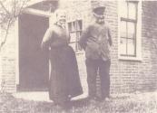 Hierbij een foto van Jacob en Pietje Meinsma-de Vries voor hun huis in Kortezwaag, tegenwoordig Dwarsvaart 22. Het huis is later afgebroken. Foto via Roely de Boer.