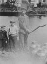 Albert Werkman (rechts) brengt de melkbussen naar de overzijde van de vaart. Links van hem staat Teije Humalda. Foto 1915.