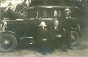 Van links naar rechts:Jurjens Tryntsje. Trijntje Visser-de Vries, ging in augustus 1929 op 91-jarige leeftijd met de eerste ouden-van-dagen  tocht van Gorredijk mee. In de krant werd deze eerste rit in een auto vermeld: Een oud vrachtje.  J.W. van der Meulen.  A. Blauw, commensaal (= kostganger) van weduwe Visser.