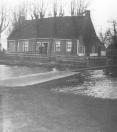 Deze dubbele woning stond vroeger bij de Boppedraai in Kortezwaag. De helft werd bewoond door de postbode Martinus Jansen en zijn vrouw Lutske, die de draai bediende
