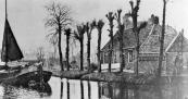 In 1869 vroeg Jan Harkes Harkes, leerlooier te Gorredijk, toestemming aan het Gemeente bestuur om hier bij dit huis een leerlooierij op te mogen richten. Jan zal hier niet gewoond hebben, zijn huis aan de Brouwerwal nummer 13 had meer allure.
