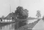 Berend Stuiver was in zijn jonge jaren visser op de binnenwaters van Friesland. Na zijn pensioen liet hij zijn scheepje van een bovenbouw voorzien waardoor er meer ruimte kwam. Hier ligt zijn snikke aan de oostkant van de Compagnonsvaart in Kortezwaag.