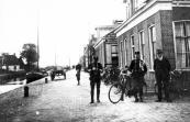 Voor de tweede wereldoorlog had Opsterland twee soorten politie: de gemeente veldwachter en de bereden marechaussee. De laatsten waren een overblijfsel uit de jaren van de stakingen in de venen, het bollejagen. Hier staan twee blauwe miggen zoals ze ook wel werden genoemd op de hoek van het Easterein en it Weike in Kortezwaag.