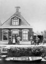 Het huis van Keimpe Blom aan het Oosterend in Kortezwaag. Keimpe was schilder en verkocht behang, borstelwaren en tafelmatten. Op de foto v.l.n.r.: Keimpe, Hinke, Klaske en J.Blom - Bijlsma.