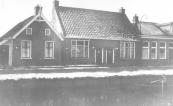 Het dubbele woonhuis nrs. 3 en 4 aan het Easterein in Kortezwaag heeft de onbewoonbaarverklaring van 1955 nog tientallen jaren overleefd. Pas in de zeventiger jaren is het afgebroken. Laatste bewoners waren Tjepke de Vries met zijn vrouw Geeske en hun aangenomen zoon Piet de Groot.