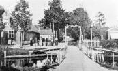 Tot 1882 moesten de inwoners van Kortezwaag zich behelpen met een loophout met slechts één leuning, als verbinding van t'Weike en t' Leantsje. Dat jaar kwam er een voetbruggetje omdat de passage door