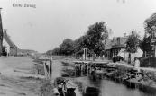 De draai in Kortezwaag omstreeks 1915 bij een zeer lage waterstand. Schippers zullen hier niet blij mee geweest zijn.