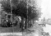 Deze gehavende foto uit circa 1920 toont ons het zuideinde van de Langewal in Kortezwaag. Deze in een beperkt aantal uitgegeven ansichtkaarten werd vervaardigd door Jitse Staphorsius die het eerste huis links bewoonde. Jitse had meer pijlen op zijn boog, hij was ook rijwielhersteller en barbier