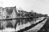 De twee huizen links aan de Langewal werden afgebroken. Daar ligt nu de straat Raänana, genoemd naar een gemeente in Israël waarmee Opsterland vriendschapsbanden onderhoud. Een vroegere Joodse plaatsgenoot woonde daar.