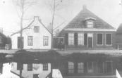 De grens tussen Gorredijk en Kortezwaag lag vroeger tussen deze twee huizen. Het witte huisje werd afgebroken voor de aanleg van de straat Raänana.