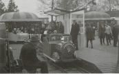 Douwe Leemburg bij een van zijn eigen gemaakte attracties op de kermis in Gorredijk