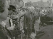 De marktdag van 31-10-1994 had een bijzonder tintje, het was namelijk die dag 300 jaar geleden dat kooplui voor het eerst handel dreven op de Gorredijkstermarkt. Tevens werd veehouder Jan Jelles de Vries door de organisatie tijdens deze editie in het zonnetje gezet. De 78 jarige veehouder uit Hoornsterzwaag komt al 60 jaar op de markt in Gorredijk. De Friese troubadours Doede Bleeker , Bennie Huisman en Jaap Louwes zongen hem toe.