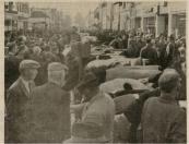 Mensen massa's verdrongen zich langs de onafgebroken veelijn in de hoofdstraat (dubbele straat), gezien  in de richting van de Hegedyk/Nijewei. De foto is gemaakt tijdens de najaarseditie in het jaar 1969 te Gorredijk.
