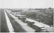 Op bovenstaande foto welke dateert uit Oktober 1954 zijn de veewagens te zien welke gestald staan op de Badweg zo tussen het ''Hoekje'' Hoofdstraat en de Rindert van Zinderen Bakkerstrjitte.