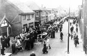 Veemarkt in de Hoofdstraat in de zestiger jaren. Het jongvee staat bij koperslager Piet Sints de Jong vlak voor de ramen. Links staat een politieagent op een tafel het verkeer te regelen