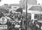 Regenachtige najaarsmarkt in 1977 te Gorredijk.