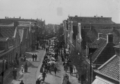 De Noord-Oost Dubbelestraat tijdens een najaarsmarkt in oktober. De foto werd gemaakt vanuit het afgebroken Schansburg.