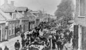 De voorjaarsmarkt aan de Noord-Oost Dubbelestraat met een groot aanbod van vee. Op de achtergrond de wieken van korenmolen de Morgenster die in 1904 afbrandde.