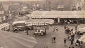 Op deze foto is een deel van de voorjaarskermis uit het jaar 1973 te zien op het stuk Marktplein gelegen tussen de Nieuwstraat en Nijewei. Het mooie aan deze foto is dat de omgeving (Marktstraat/Nijewei) in de hedendaagse situatie nog exact hetzelfde is. Te zien zijn o.a. de Zweefmolen van de familie Cloosterman en de Autoscooter van de familie Buwalda/Panbakker beiden afkomstig uit Leeuwarden. Deze Autoscooter heeft in 2005 zijn laatste kermis gedraaid in Gorredijk onder Henk van Kammen waarna hij in 2009 een vaste plaats kreeg in Pretpark  Duinen Zathe  te Appelscha. (Foto: Jan Seinstra)