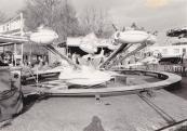 Najaarskermis Gorredijk 1983 met een close-up van de vliegtuigmolen van de familie van der Molen/Arjaans uit Joure.