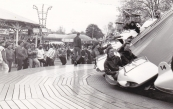 Volop vertier op het Marktterrein tijdens deze kermis, het publiek vermaakte zich o.a. aan de Hully Gully  (Venekamp/Buwalda), Golfbaan (Arjaans), Zweefmolen (Venekamp), Autoscooter (Sipkema/Speelman), Holly Cranes (Sipkema/Speelman), Mini reuzenrad (v/d Corput).