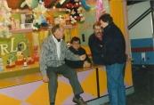 De kermisexploitanten v.l.n.r. Nico Sipkema (Autoscooter), Bertus Flikkema (Lijntrek/Hoepla), Herman Por (Matterhorn), Johannes Rampen (Babysport/Bootjesmolen) hielden een onderonsje op de Gorredijkster kermis 1988 . Foto: B. Flikkema.