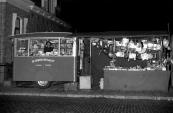 De familie Flikkema was een bekend gezicht op vele markten & kermissen met hun tabakskraam de rokersspecialist waarnaast zij ook speelgoed en andere snuisterijen verkochten. Op boven afgebeelde foto stond de familie op de Gorredijkstermarkt/Kermis de foto dateert uit het jaar 1950 en is gemaakt door Nicholaas Rampen (de kapitein van de bootjesmolen speedway caroussel). Foto via Bertus Flikkema.