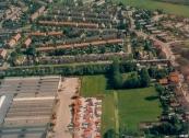 Luchtfoto Brugt Mulder 1985. Links de timmerfabriek de Vries tussen Compagnonsvaart en Nijewei. Rechts it Weike en over de vaart it Leantsje.