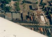 Luchtfoto Brugt Mulder 1985. Op de plaats waar de Doopsgezinde kerk en de drogisterij van Herman Zwart aan de Langewal stonden bouwde Van Wijnen een winkel en flats voor bejaarden en jongeren. Rechts van de nieuwbouw de Formanjestrjitte.