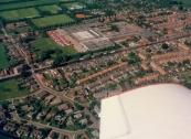 Luchtfoto Brugt Mulder 1985. Van midden links naar rechts de Compagnonsvaart. Links de brug die 't Leantsje (onder) verbindt met 't Weike. Boven de Timmerfabriek de Vries ligt de Nijewei met de acht duplexwoningen die in september 2005 werden afgebroken en vervangen door nieuwbouw.