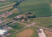 Luchtfoto Brugt Mulder 1985. Links de Kromten, Nijefeart, Overtoom en de weg naar Tijnje.