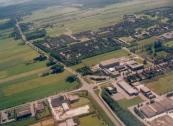 Luchtfoto Brugt Mulder 1985. Van middenrechts naar linksonder de Stationsweg en Tolhúsleane. Van onder naar boven de Overtoom en de weg naar Lippenhuizen.