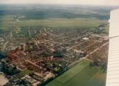 Luchtfoto Brugt Mulder 1985. Van linksonder naar midden rechts de Nijewei. Boven de Compagnonsvaart met Lange en Kortewijk en verder naar Lippenhuizen.