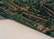 Luchtfoto Brugt Mulder 1985. Rechtsonder de brug tussen it Weike en it Leantsje. Verder de Compagnonsvaart langs de vliegtuigvleugel naar linksboven.