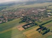 Luchtfoto Brugt Mulder 1985. Van rechtsonder naar links de Hegedyk met de begraafplaats. Van midden links naar rechts de Nijewei.
