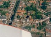 Luchtfoto Brugt Mulder 1985. Links de Hoofdbrug met de Hoofdstraat en Stationsweg naar rechts.