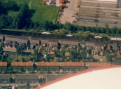Luchtfoto Brugt Mulder 1985. De Compagnonsvaart met de nieuwe huizen die na afbraak van de z.g. Vinkebuurt aan de Langewal onder Kortezwaag werden gebouwd. Rechtsboven de Timmerfabriek De Vries die helaas in 2012 de deuren heeft  moeten sluiten.