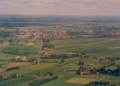 Luchtfoto Brugt Mulder 1985. Van boven naar beneden de Compagnonsvaart met halverwege Tsjoelebartje, vroeger een brug met sluis maar nu een dam die de verbinding met de Schoterlandse Compagnonsvaart verbrak.