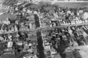 Luchtfoto uit de vijftiger jaren (20-09-1957) met bescheiden nieuwbouw ten oosten van Gorredijk.