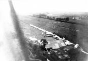 Eén der luchtfoto's die Sietse Teijema maakte met een zelfgemaakt toestel van het voetbalterrein achter de boerderij van Heere de Vries aan de Hegedyk 6.