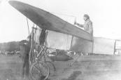 Vliegfeesten te Gorredijk in 1922. Het toestel is startklaar, de propeller word aangezwengeld.