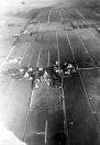 Eén de luchtfoto's die Sietse Teijema in 1922 maakte. Horizontaal in het midden de Hegedyk. Achter de boerderij van Heere de Vries (nu nr. 6) lag het voetbalterrein waar op dat moment een wedstrijd werd gespeeld. Geheel links naar boven de Nijewei naar Kortezwaag met rechts daarvan de Mariahoeve.
