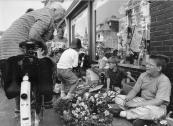 Markthandelaren in de dop tijdens de vrijmarkt in de Hoofdstraat, mei 1990
