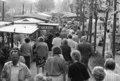 Veel kijkers maar weinig kopers op de meimarkt van 1990.