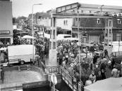 Overzicht van de marktbezoekers op 28 oktober 1985. Veel kijkers, weinig kopers volgens de standhouders.