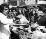 De demonstratie van de wonderpan vergt inspanning, de tong komt erbij uit. Voorjaarsmarkt in mei 1983