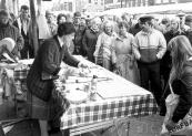 Aanschouwelijk onderwijs voor volwassenen op de voorjaarsmarkt in mei 1983